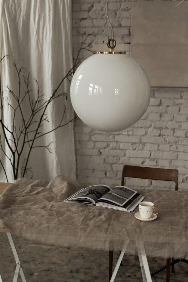 Duża biała kula lampa wisząca z mosiężnym deklem 1