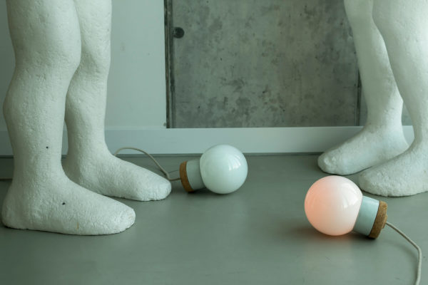 wisząca lampa korkowa z kloszem szklanym białym Kulka