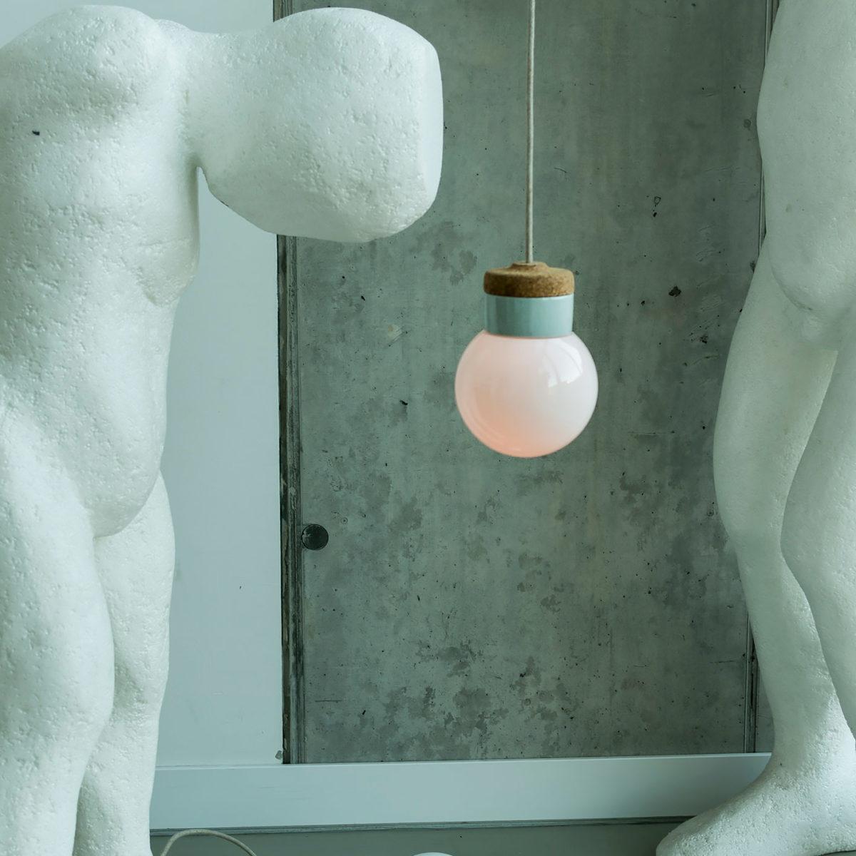 wisząca lampa korkowa z kloszem szklanym białym Kula 1