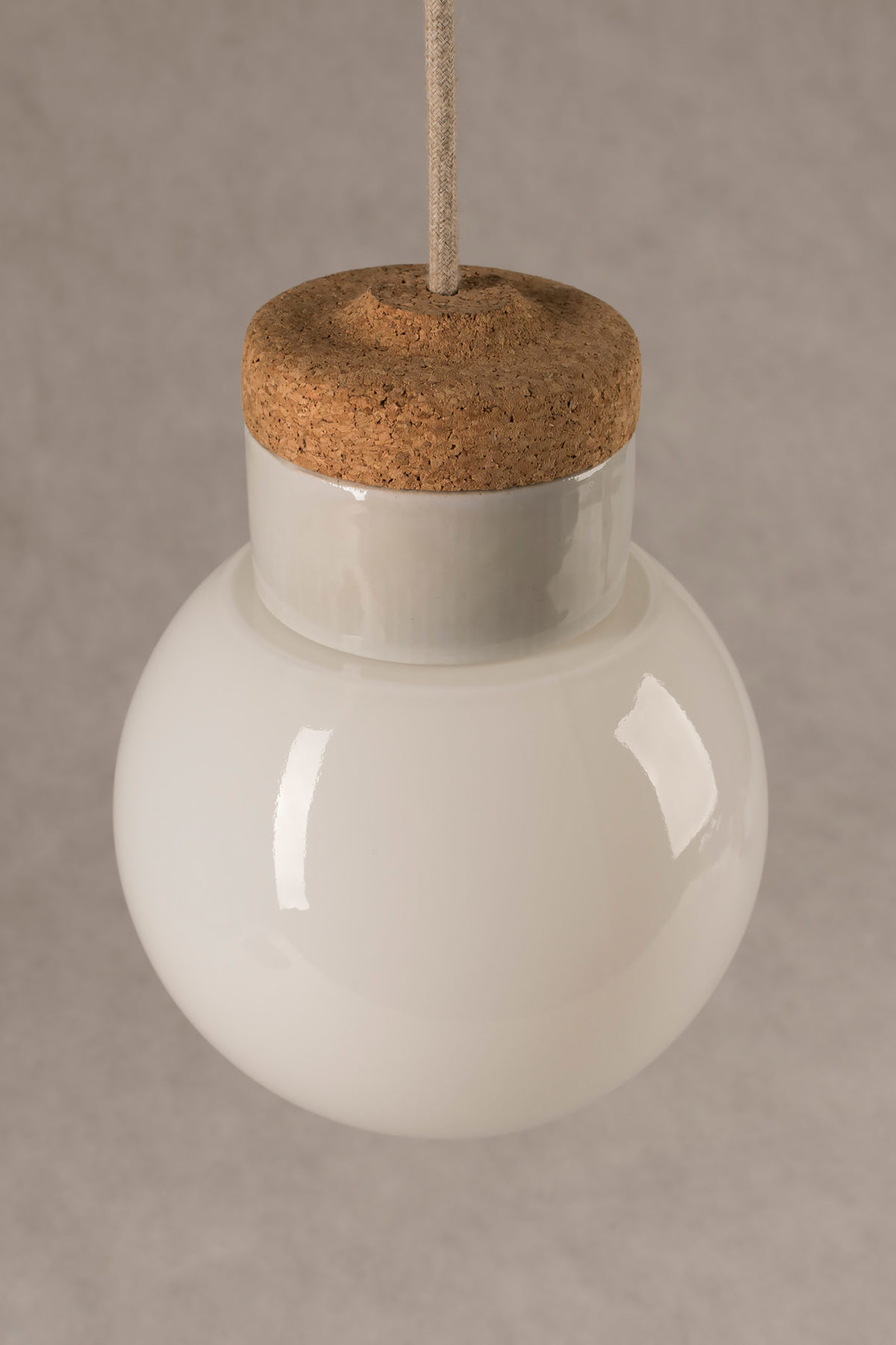mała wisząca lampa korkowa Kulka