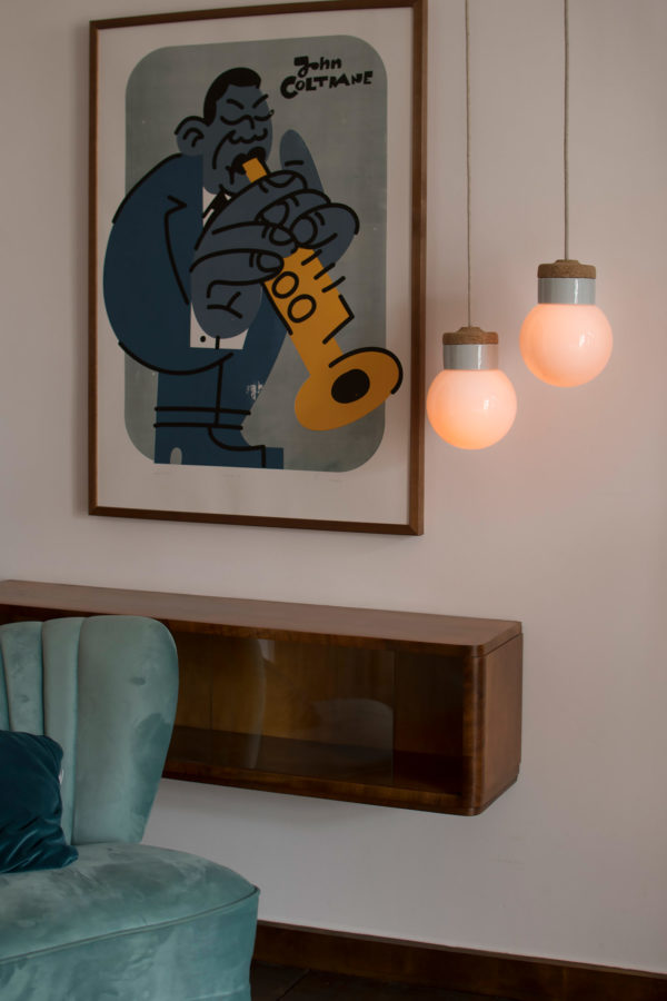 wiszące lampki korkowe z białym szklanym kloszem kulki