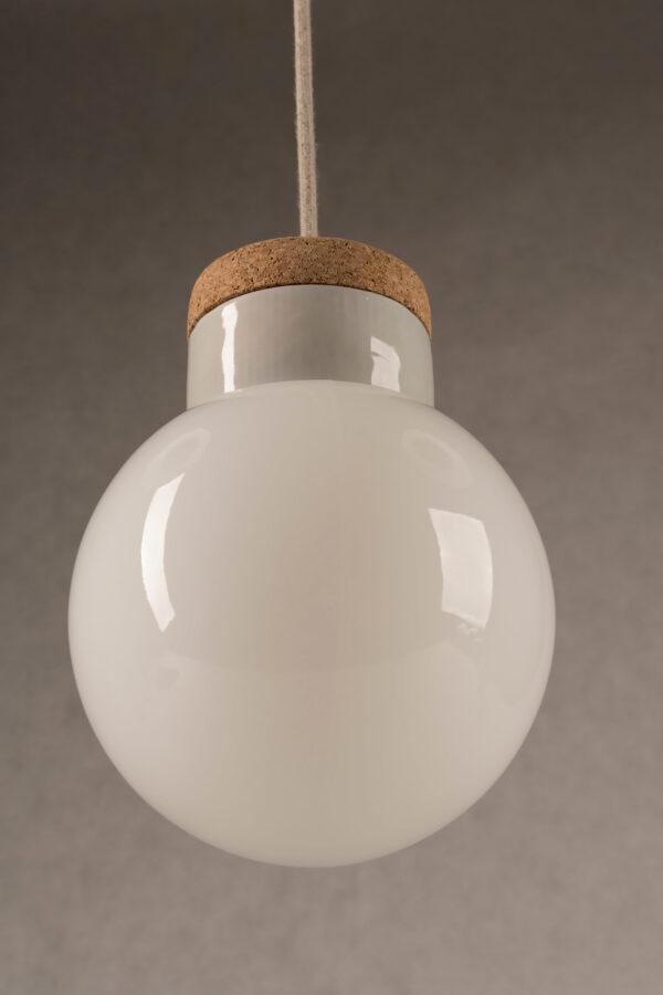 wisząca lampa korkowa z kloszem szklanym białym Kula
