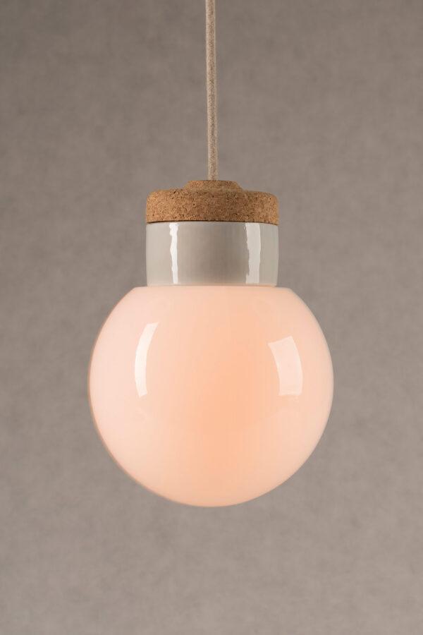 wisząca lampa korkowa z kloszem szklanym białym Kula 3