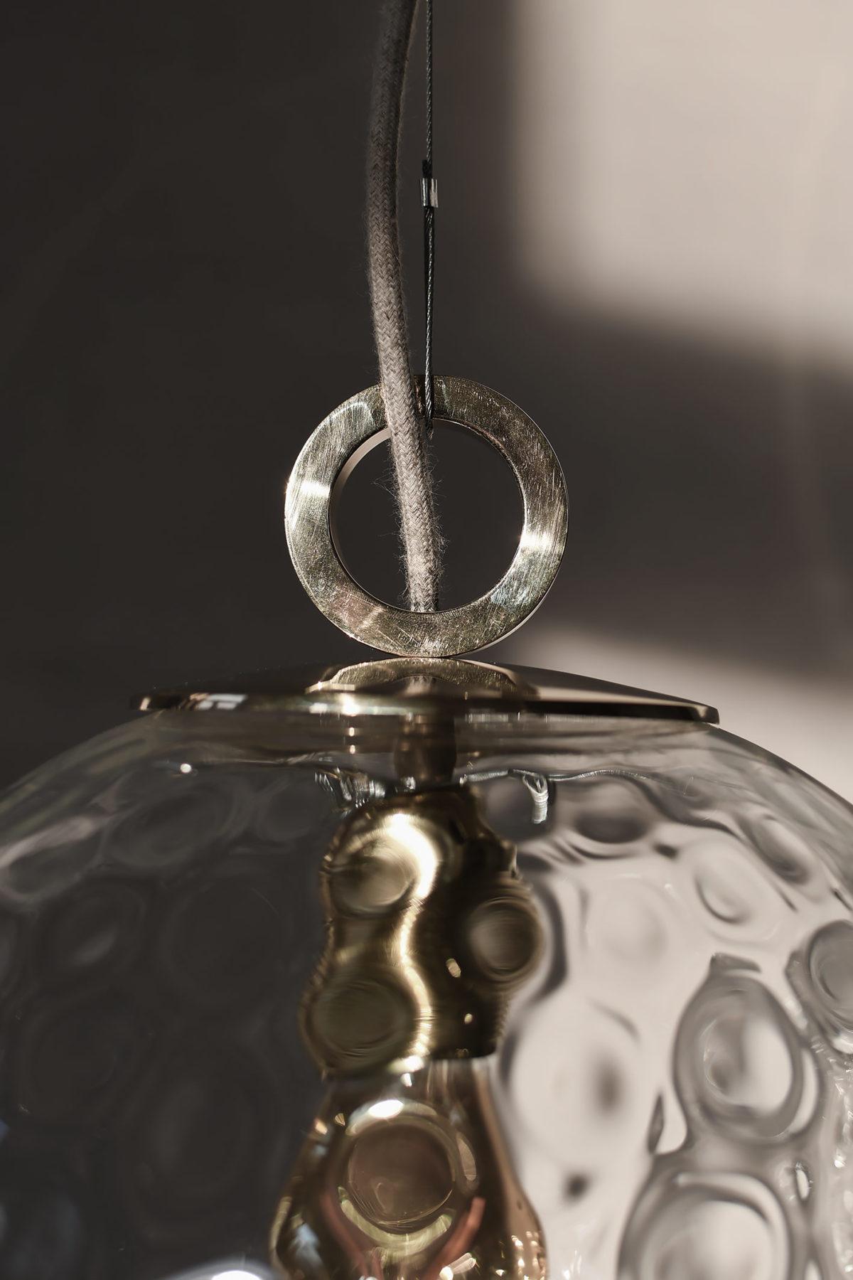 Detal lampy wykonany z litego mosiądzu