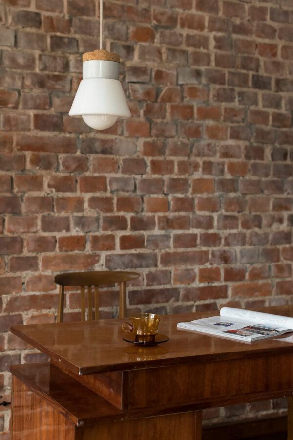 wisząca lampa korkowa z kloszem szklanym białym dzwonek 2