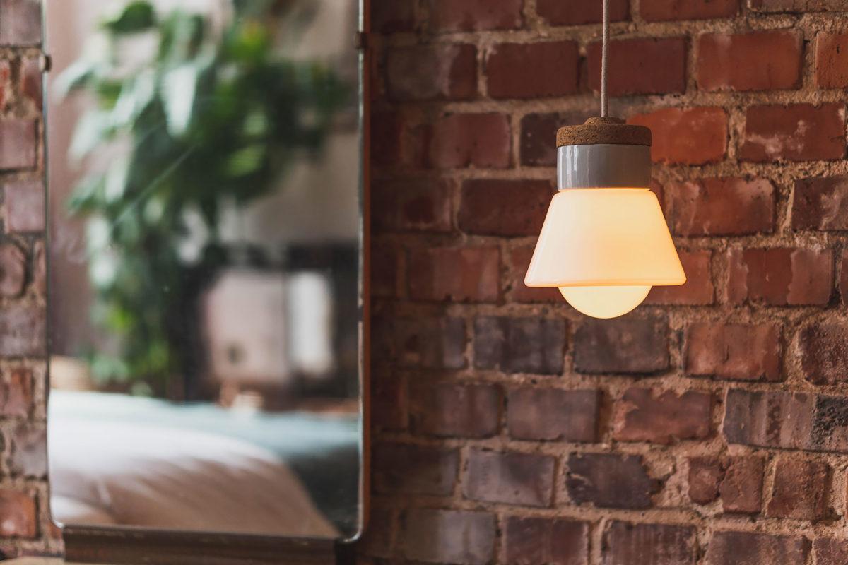 wisząca lampa korkowa z kloszem szklanym białym dzwonek 1
