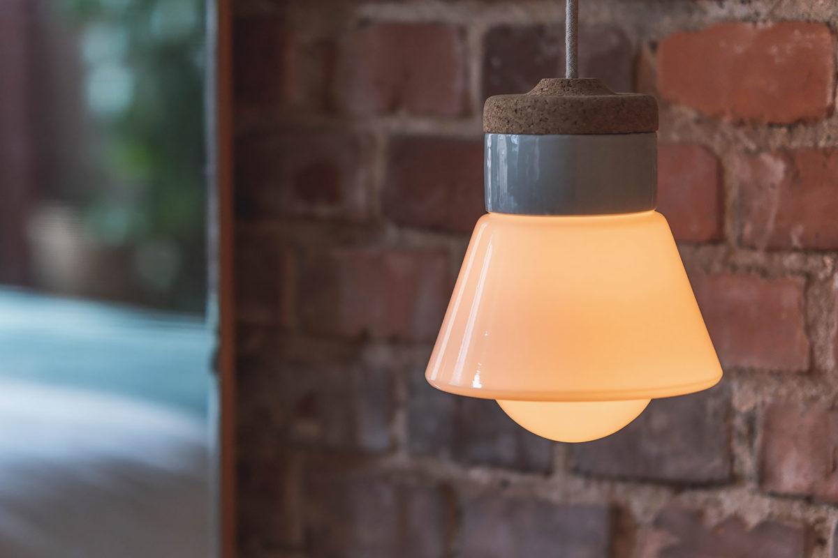 wisząca lampa korkowa z kloszem szklanym białym dzwonek