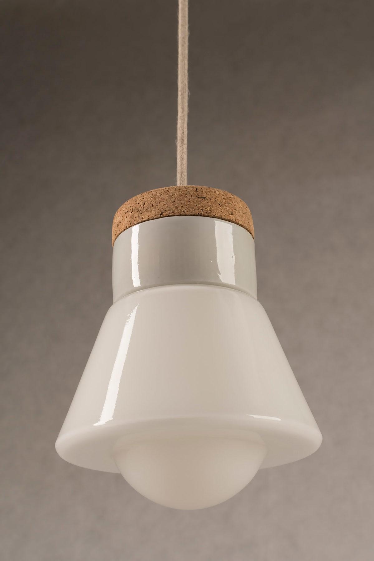 isząca lampa korkowa Dzwonek ze szklanym białym kloszem