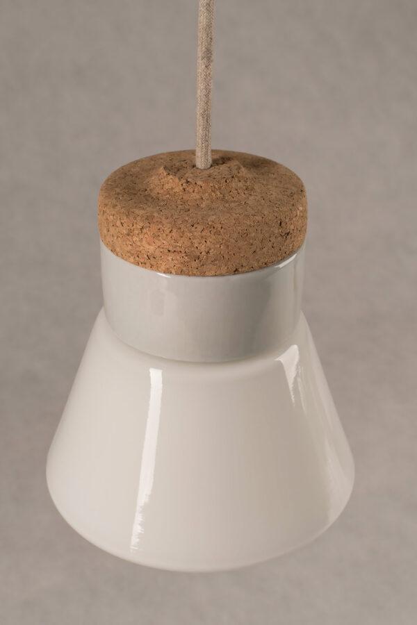 mała wisząca lampa korkowa Dzwonek ze szklanym białym kloszem