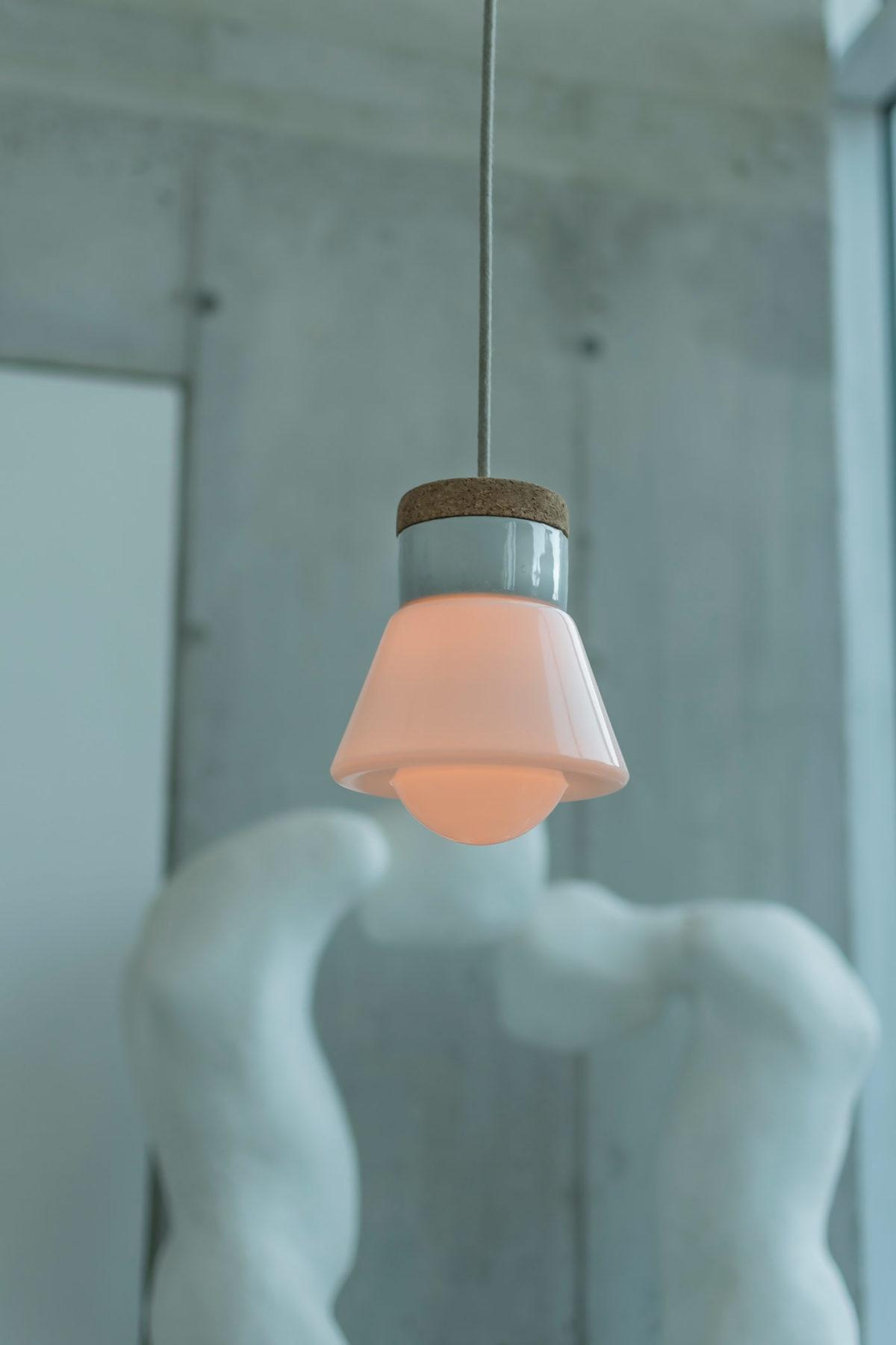 mała wisząca lampa korkowa Dzwonek ze szklanym kloszem 1