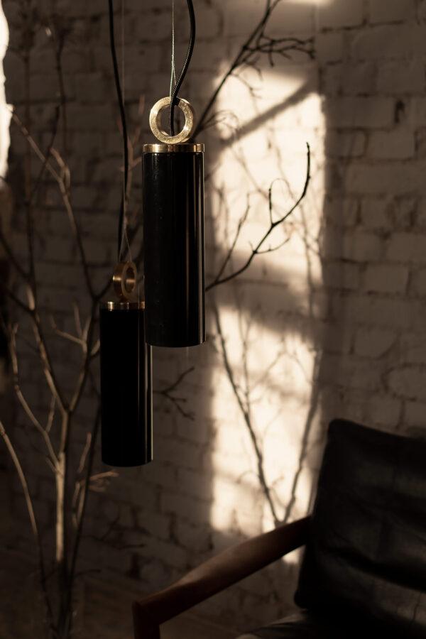 Czarne szklane lampy z mosiadzem