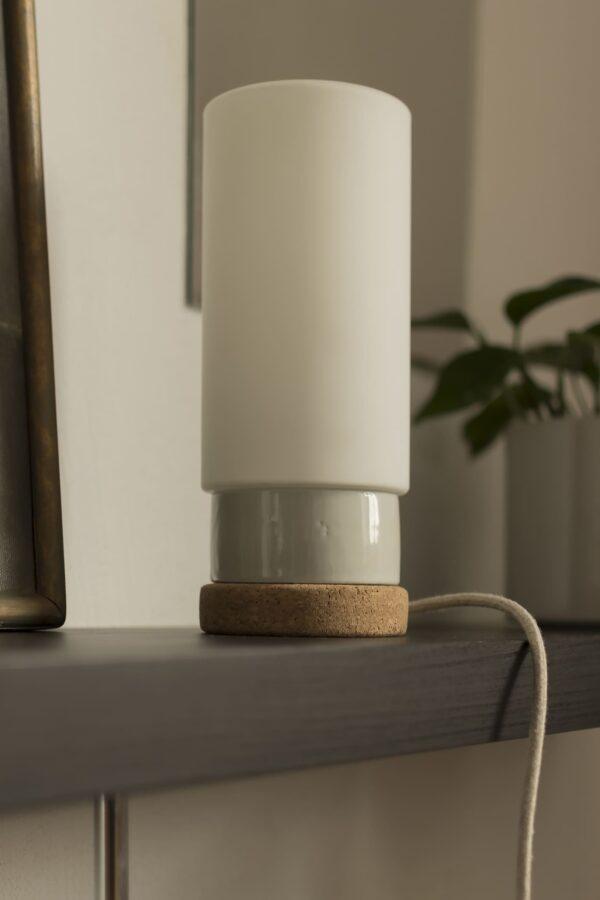Mała stołowa lampka korkowa ze szklanym białym kloszem Cylinder 4