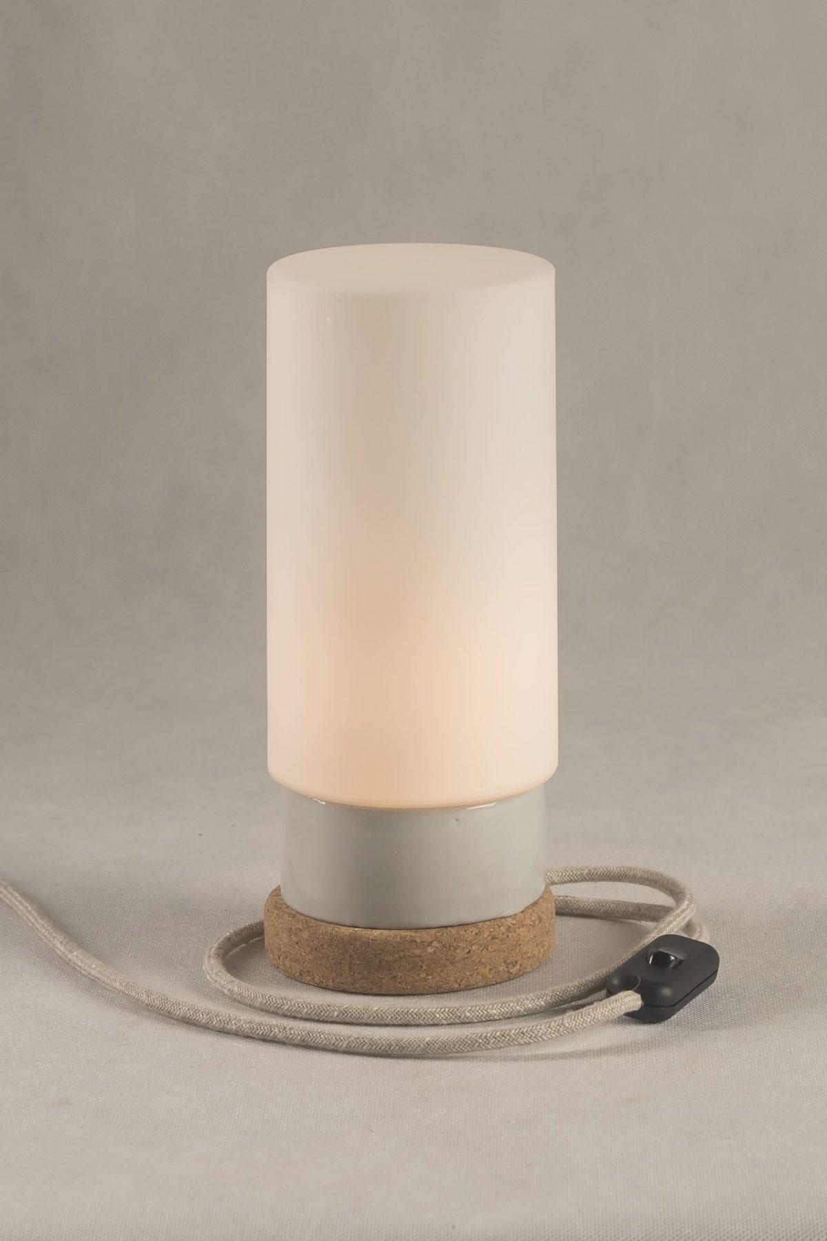 Mała stołowa lampka korkowa ze szklanym białym kloszem Cylinder 2