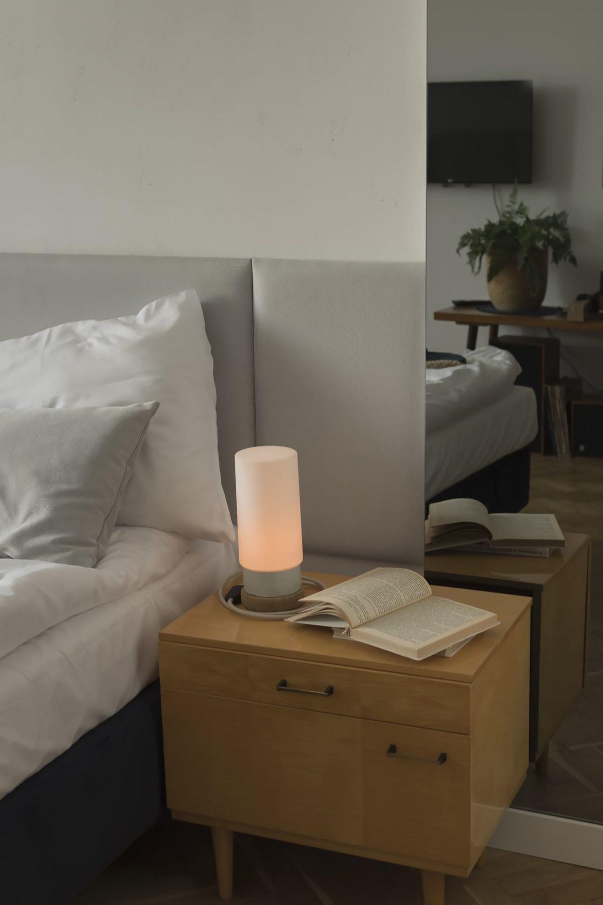 Mała stołowa lampka korkowa ze szklanym białym kloszem Cylinder