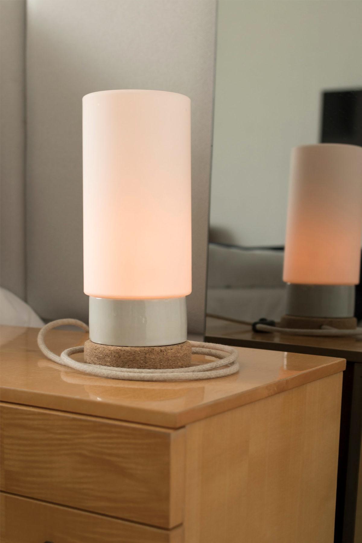 Mała stołowa lampka korkowa ze szklanym kloszem Cylinder