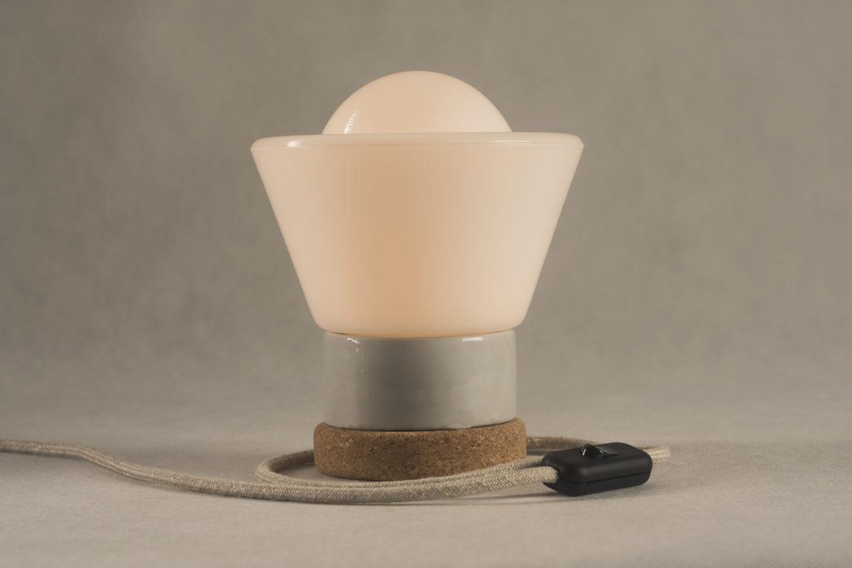 Mała stojąca lampka korkowa ze szklanym kloszem Dzwonek 3