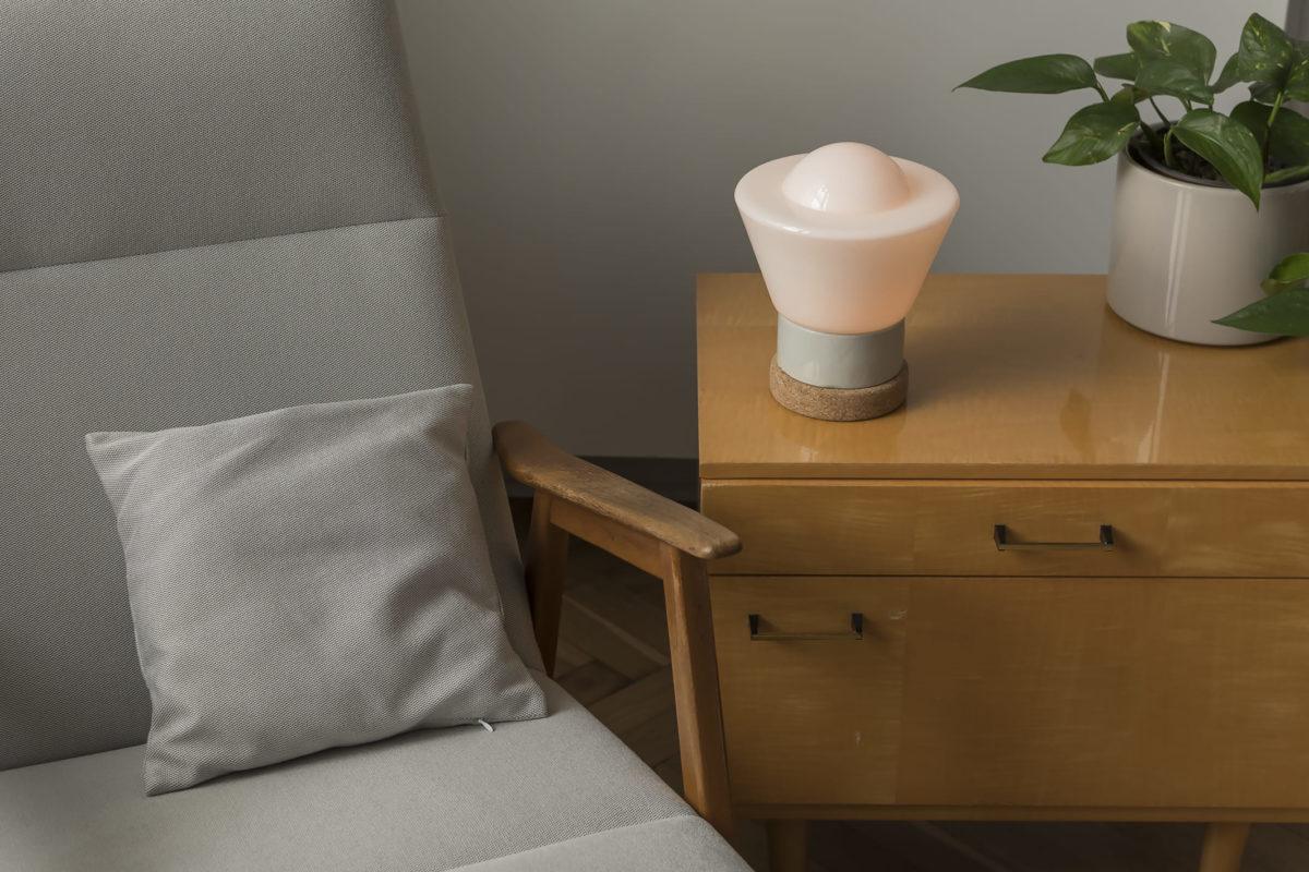 Mała stołowa lampka korkowa ze szklanym kloszem Dzwonek 2