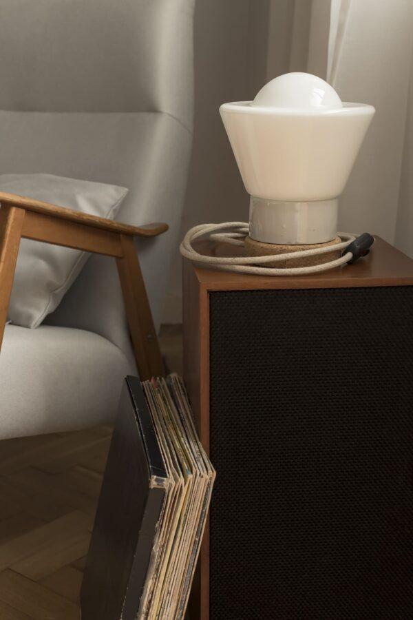Mała stołowa lampka korkowa ze szklanym białym kloszem Dzwonek 2