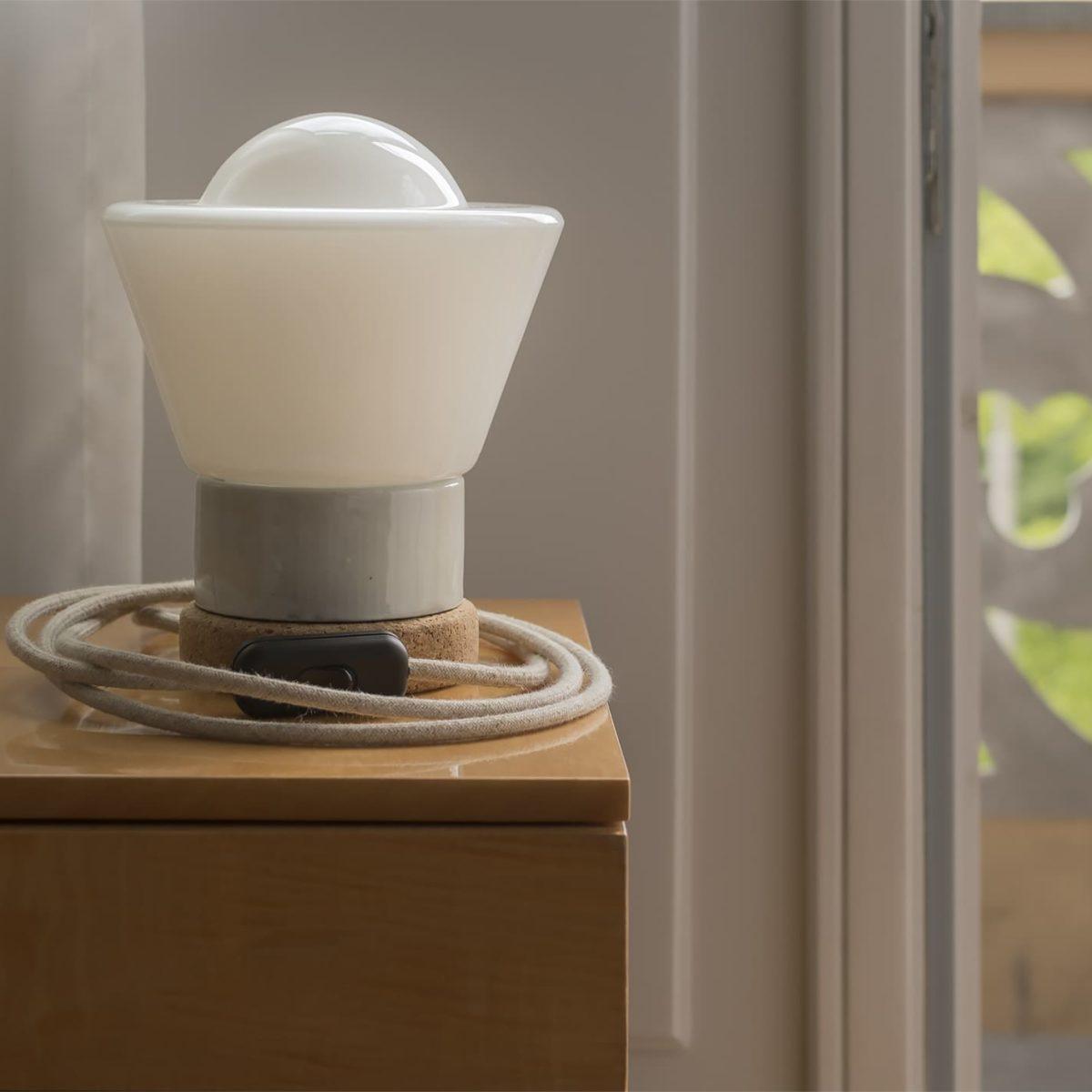 Mała stołowa lampka korkowa ze szklanym kloszem Dzwonek