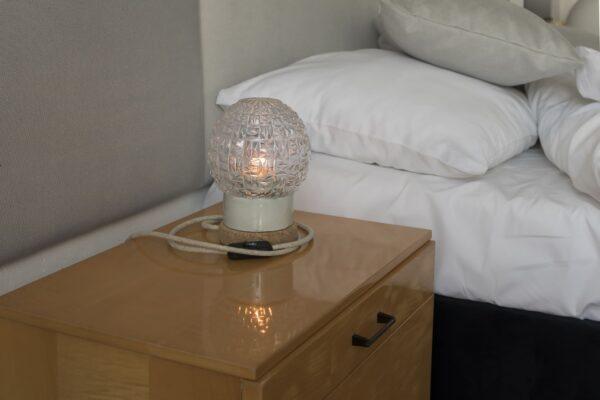 Mała stołowa lampka korkowa ze szklanym kloszem granat 1