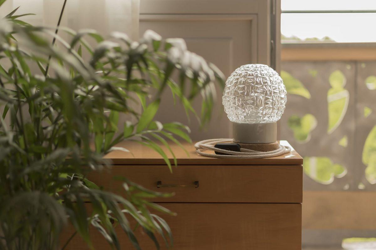 Mała stołowa lampka korkowa ze szklanym kloszem granat