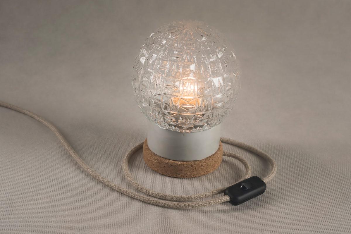 stołowa mała lampka korkowa ze szklanym kloszem Granat