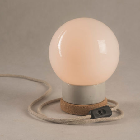 Mała stołowa lampka korkowa ze szklanym kloszem Kulka