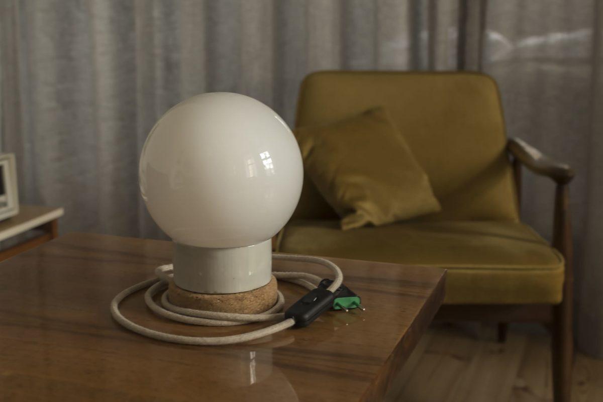 Mała stojąca lampka korkowa ze szklanym kloszem Kula