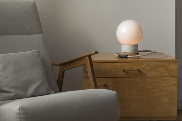 Mała stołowa lampka korkowa ze szklanym kloszem Kula 2