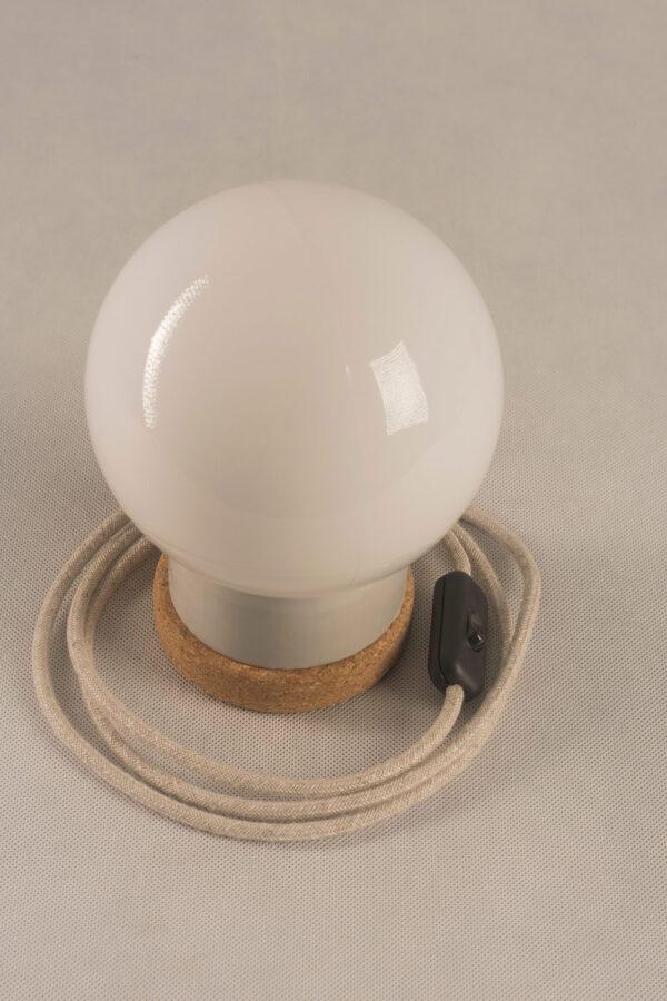 Mała stołowa lampka korkowa ze szklanym kloszem Kula