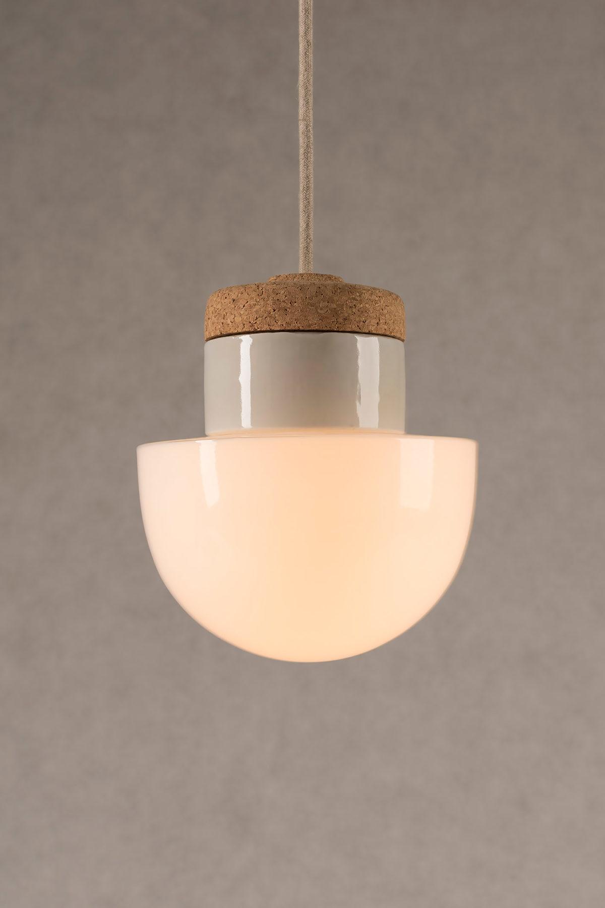 mała wisząca lampa korkowa z kloszem szklanym białym Grzybek