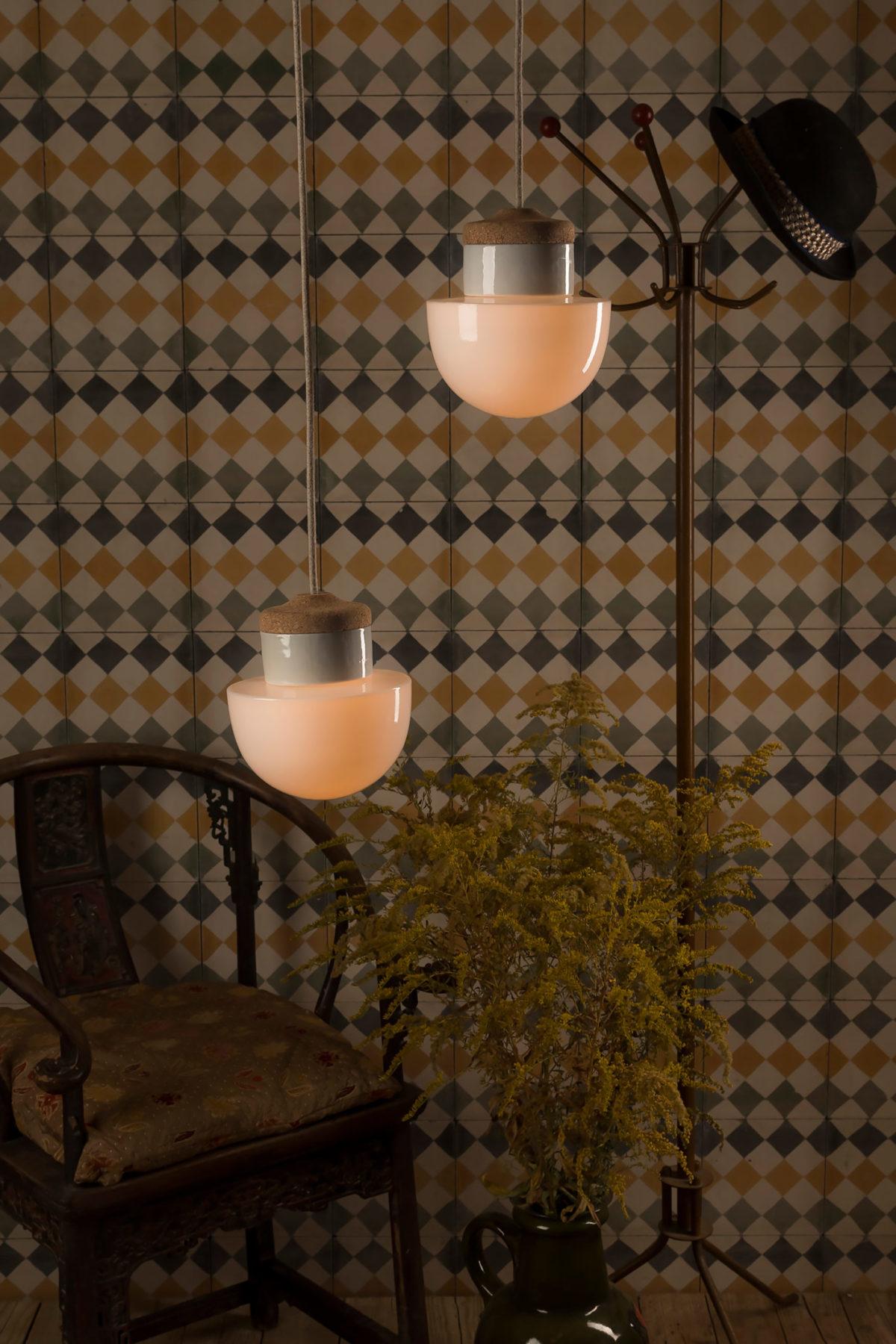 Wiszące lampki korkowe ze szklanym kloszem