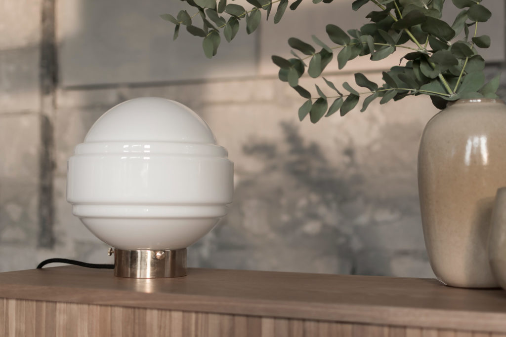 Szklana lampa stołowa Saturn z mosiężną podstawą