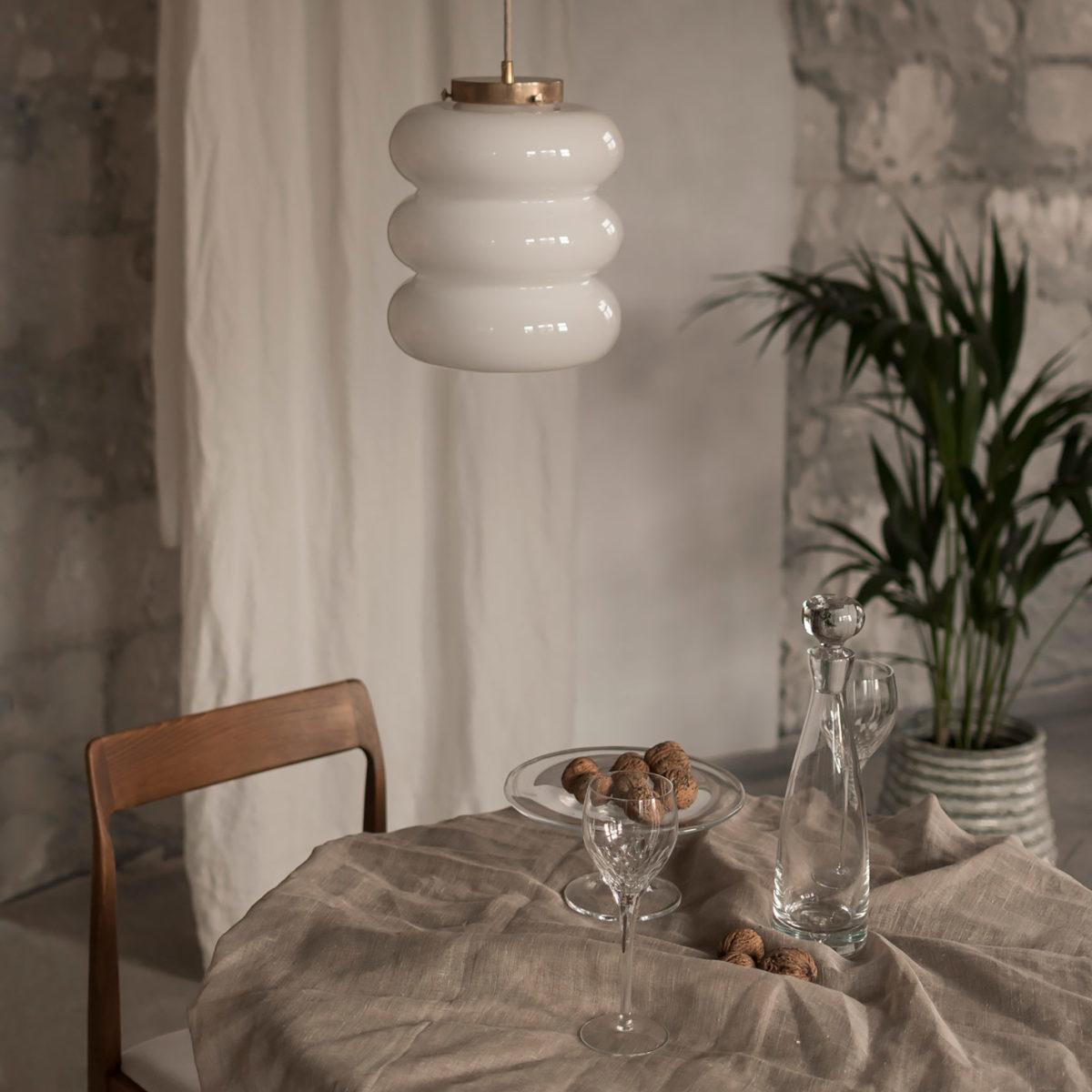 Szklana lampa wisząca Bibe z mosiądzem