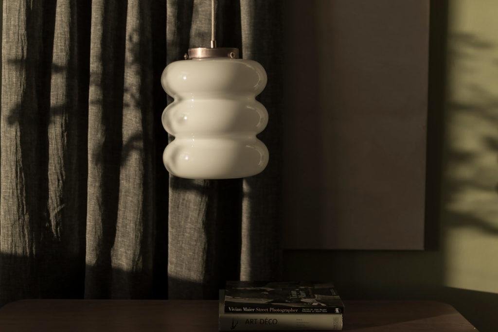 lampa Bibe z kloszem z ręcznei dmuchanego szkła mlecznego