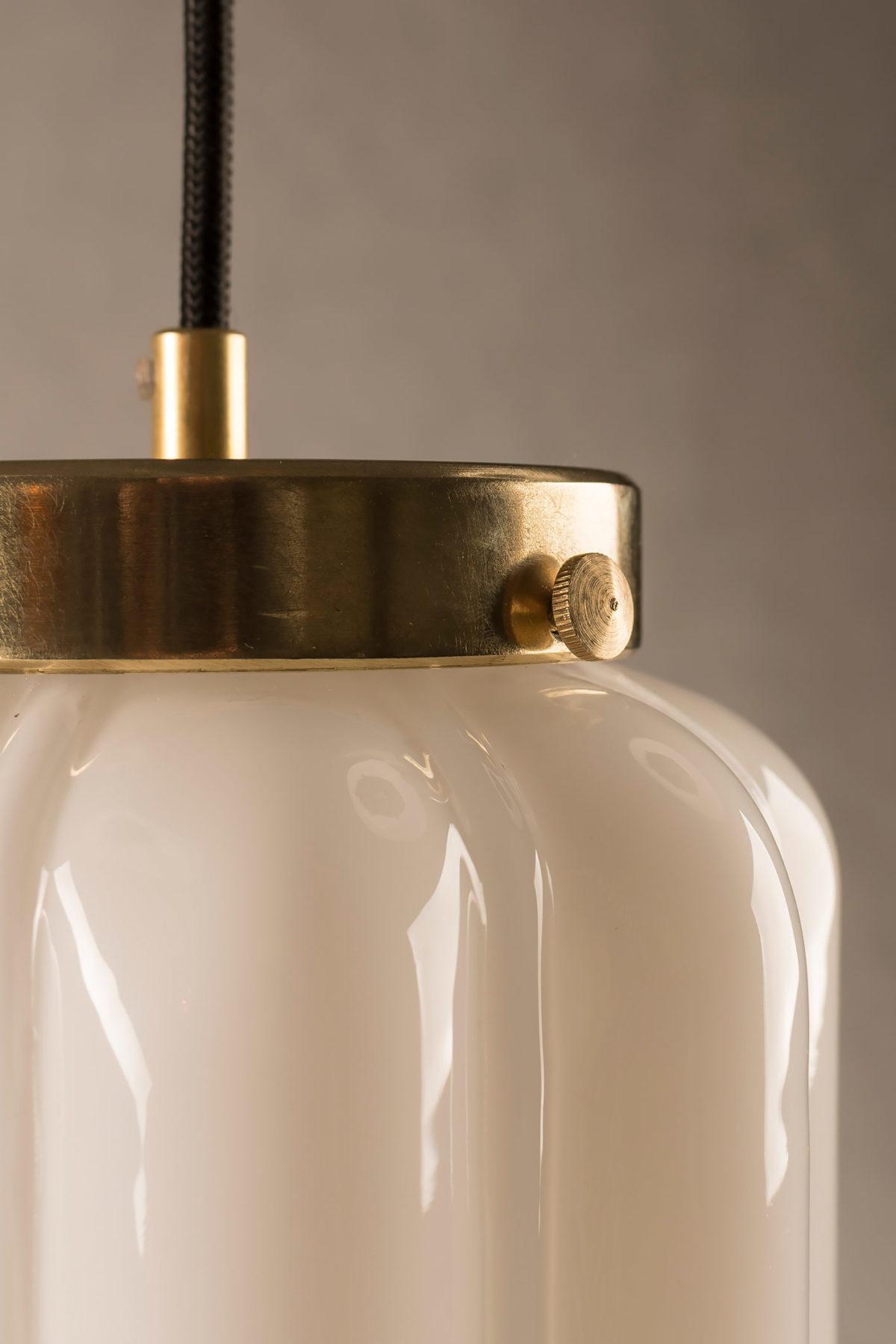 Szklana biała lampa wisząca Deco mleczne z mosiężnym deklem 2