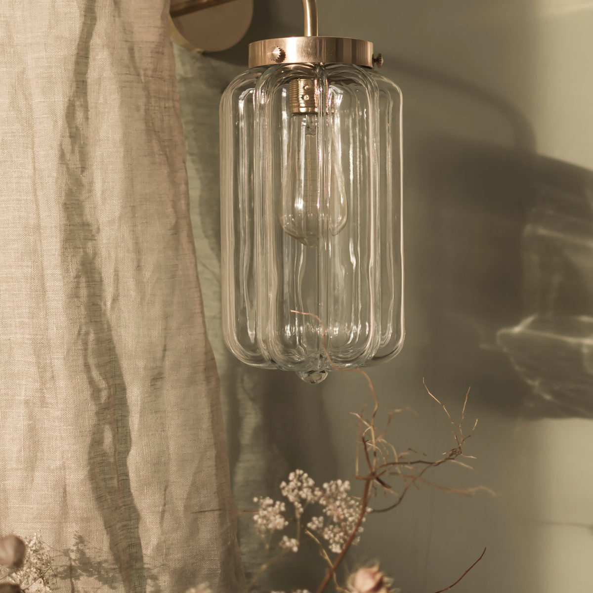Szklany kinkiet Deco Jasne z mosiężnym ramieniem