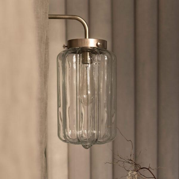 Szklany kinkiet Deco z mosiężnym ramieniem