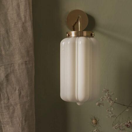 Szklany kinkiet Deco Białe z mosiężnym ramieniem